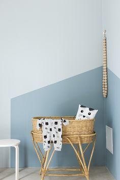 Musta ovi -blogin Marjan vauva sai ihanan oman pesän. Sävyt maininki ja salaisuus toistuvat tismalleen oikeina Harmony-sisustusmaalilla maalattuina. Finland, Kids Room, Colours, Blue, Painting, Home Decor, Decoration Home, Room Decor, Kidsroom