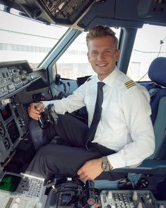 Fun Fly, Female Pilot, Blonde Guys, Smart Styles, Men In Uniform, Military Men, Mens Fashion Suits, Gay Pride, Mens Fitness