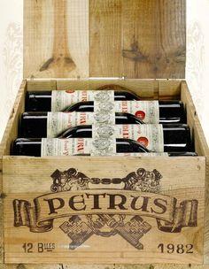 Château Pétrus, één van de beste wijnen uit de Pomerol, Bordeaux. Hier een kistje jaargang 1982.