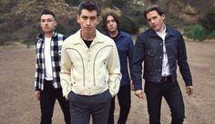 """Arctic Monkeys evoca a Lou Reed en un emotivo y delicado cover de """"Walk on the wild side"""""""