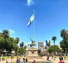 Praza de Mayo - Buenos Aires  . Praça principal de Buenos Aires nela estão o banco de la Nacion a Casa Rosada a catedral e muito mais. Cenáriopolítico e histórico da cidade. #BuenosBlogs #DescubraBuenosAires . Quer sabe rmais sobre Buenos Aires? Acesse http://ift.tt/1Mv9A8t. ou clique no link da Bio . . . #centrodebuenosaires #aosviajantes #Argentina #BuenosAires #BlogDeViagem #wanderlust #braziloverss #rbbviagem #bsas #dicasdeviagem #dicasdebuenosaires #amoviajar #queroferias #loveiit…