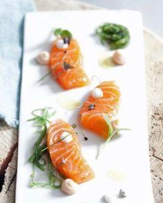Gemarineerde zalm met zeegroenten en botermelk - Recepten - Culinair - KnackWeekend.be