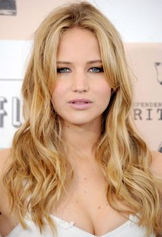 Jennifer with a perfect party look. She reminds us a little of Goldie Hawn here! #jenniferlawrence #hair