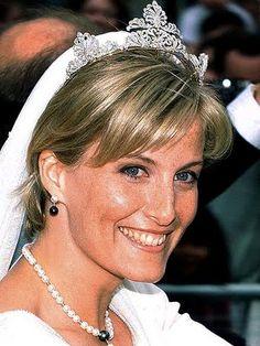 Sophie usou um lindo vestido comportado criado por Samantha Shaw com decote em V para seu casamento com o príncipe Edward, conde de Wessex e 3º filho da rainha Elisabeth II, em 1999.