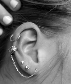 Cartilage Cuff To Lobe Chain Ear Piercing Piercing Tattoo, 1 Tattoo, Lobe Piercing, Triple Piercing, Triple Helix, Second Piercing, Piercing Shop, Small Tattoo, Piercings Bonitos