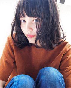 コチラは、前髪重めの大人ボブ。全体的に重めな印象ながら、レイヤーで毛先を遊ばせる事で、黒髪でも軽やかな仕上がりとなっています。ヘアアレンジも色々楽しめそう♪ Long Fringe Hairstyles, Bob Hairstyles, Medium Short Hair, Japanese Hairstyle, Beautiful Asian Girls, Hair Designs, Hair Inspo, My Hair, Short Hair Styles