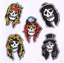 Envío gratis 5 unids/lote Iron on / sew on pistola de rose de la divisa del brazo logo banda de rock cráneo insignias completo parches bordados / pegatinas(China (Mainland))