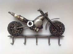 ¡ENVIO GRATIS a todo MÉXICO! Motocicleta hecha de chatarra para colgar las llaves. Arte en metal reciclado.