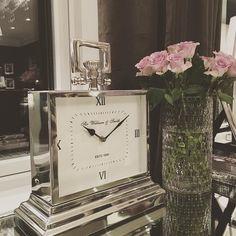 """Med et bilde av """"William"""" bordklokke ønsker vi dere alle en god natt  @classicliving #classicliving #Williambordklokke"""