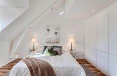 kleine schlafzimmer kreativ gestalten strahlend weiß braune wolldecke