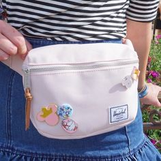 Herschel fanny pack Edit by me Sophia: I would do it without the Disney pins tho Disney World Outfits, Disneyland Outfits, Disneyland Trip, Disney Fashion, Disneyland Backpack, Disney Vacation Outfits, Iu Fashion, Fashion Ideas, Fany Pack