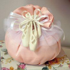 Saccotto tutu di raso e tulle con ballerine in gesso profumato Mathilde M.  Completa di n.5 confetti in scatolina in PVC.