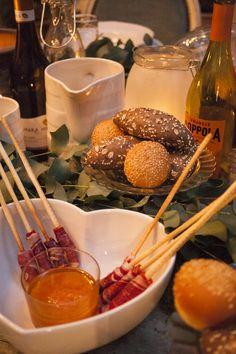 Otra buenísima idea para el aperitivo es colocar el jamón ibérico enrollado en grissini –palitos de pan–, para mojar en tumaca.