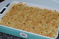 Sob a crosta crocante uma camada deliciosa de frango, alho-francês, cenouras e ervilhas