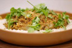 Het vlees uit de nek van het lam is de beste keuze om er een stoofschotel van te maken. Jeroen bereidt lamsstoofvlees op een Oosterse wijze. Eetstokjes komen er niet aan te pas, maar de smaken in de saus krijgen een exotische tint. Zelfs de meest traditionele eter zal ze kunnen appreciëren. Dit gerecht smaakt lekker met rijst, verse koriander en krokant gefrituurde uitjes die iedereen kent van bij de frituur om de hoek.
