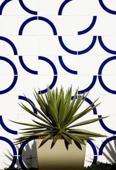 """<div class=""""artist""""><strong>athos bulcão</strong></div><div class=""""title_and_year""""><em>tile panel</em>, 2003</div><div class=""""medium"""">centro de formação da câmara dos deputados, brasília<br/> architect: élcio gomes da silva</div><div class=""""dimensions"""">site specific</div>"""