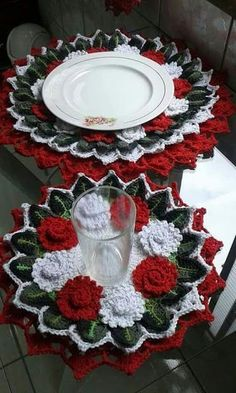 This Pin was discovered by dia Crochet Table Runner, Crochet Tablecloth, Crochet Doilies, Crochet Flowers, Thread Crochet, Christmas Crochet Patterns, Holiday Crochet, Crochet Patterns Amigurumi, Crochet Gratis