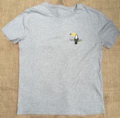 T-Shirt von Rettet den Regenwald, Grundfarbe Grau, Logo-Motiv. Aus 100% Bio- Baumwolle, Fair Wear zertifiziert. https://www.regenwald.org/shop