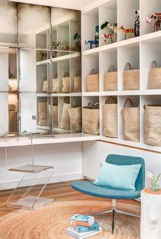 LO STUDIOLO Il piccolo studio, a lato del dining, è attrezzato con un armadio a muro con tutti gli elementi a giorno. La luce si moltiplica nella sequenza di specchi antichi che compongono una grande parete riflettente.