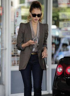 Me encanta el estilo del saco y de la blusa! excelente!