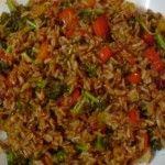 """De naam nasi goreng komt uit het Indonesische taalgebied: """"nasi"""" betekend gekookte rijst en """"goreng"""" betekend gebakken. Hieronder het recept van nasi goreng"""