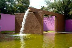 """Fuente de """"Los amantes."""" Los clubes, 1964-1969. Atizapán, Estado de México. Arquitecto Luis Barragan. Premio Pritzker 1980."""