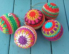 Kijk wat ik gevonden heb op Freubelweb.nl: een gratis haakpatroon van Carmen Heffernan om deze mooie kerstballen te maken https://www.freubelweb.nl/freubel-zelf/gratis-haakpatroon-kerstballen-2/