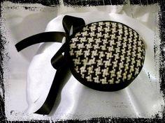 Für dieses zauberhafte einzigartige Headpiece in m Retro-Look in Pillbox-Form habe ich handgewobenen Stoff im Hahnentrittmuster verwendet. Das Gan...
