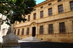 Inauguré en 1838 dans l'ancien prieuré de l'église Saint-Jean-de-Malte, le Musée Granet doit son nom au peintre François Marius Granet qui légua à sa ville natale son imposante collection de tableaux et dessins.