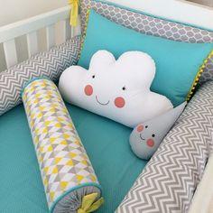 Estão inclusos nesse conjunto as seguintes peças: - 1 Cabeceira - 2 Rolos Laterais (130cm) - 1 Rolinho (46cm) ESCOLHA SUA ESTAMPA E COR NO NOSSO MOSTRUÀRIO DE TECIDOS (link lá embaixo no final dessa descrição) Detalhes disponíveis nas cores azul, rosa, laranja, amarelo, e verde água. Consu... Baby Quilt Patterns, Fabric Toys, Baby Pillows, Baby Bedroom, Baby Cribs, Hobbies And Crafts, Baby Shower Parties, Future Baby, Baby Quilts