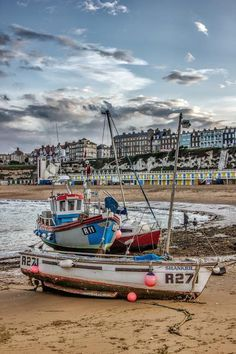 One of the places I will be forever grateful I got to visit. It was the exact impression of what I thought an English seaside town would look like. Broadstairs Beach, Broadstairs Kent, England Ireland, Kent England, Cool Places To Visit, Places To Go, Kent Coast, Britain Uk, Uk Holidays