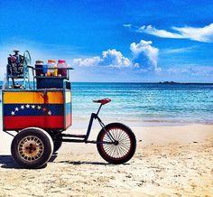 bicicleta de raspados a la orilla del mar en Venezuela.