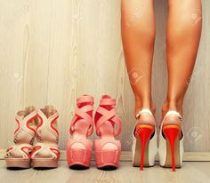 http://fr.123rf.com/photo_47694184_belles-jambes-femme-essayant-beaucoup-de-chaussures-en-choisissant.html