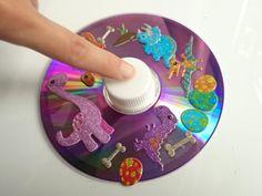 ビックリするほどよく回る!CDでコマを作って、遊ぼう 昔ながらのコマ遊びは、赤ちゃんから小学生まで、遊びはじめたら夢中になる魅力があります。今回は、不要になったCDやDVD、ビー玉を使って、簡単!すぐできる!CDコマの作り方をご紹介。子どもが回しても安定して長い時間回るので、とても楽しいですよ!