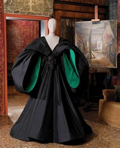 disegno Karina Gentinetta: Elegance and Decadence: 'The barrister in me loves this black gown with the dramatic green interior sleeves. The masked face on the waist is simply surreal'. Modern Fashion, Fashion Art, Vintage Fashion, Elite Fashion, Vintage Dresses, Vintage Outfits, Renaissance, Conceptual Fashion, Period Costumes