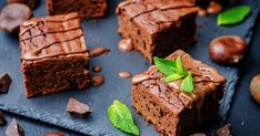 The invention of culinary dishes can be complicated, and the 🍫brownie is no e. Köstliche Desserts, Low Carb Desserts, Delicious Desserts, Dessert Recipes, Chocolate Brownie Cake, Keto Chocolate Chip Cookies, Melted Chocolate, Oreo Cheesecake Receta, Pancake Recipe Ingredients
