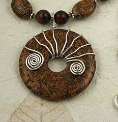DIY Bijoux  wire wrapped donut  simple and effective.  You can tighten down the spokes by