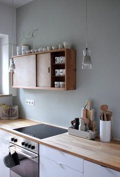 Salbeigrüne Wand // weiße Küche // Holzarbeitsplatte