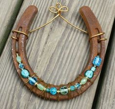 Good Absolutely Free horseshoe crafts Western Decor Style A high level unqualified (or cowgirl) in mind, possibly it is a fantasy regarding your own to reside your own . Horseshoe Projects, Horseshoe Crafts, Horseshoe Art, Horseshoe Wreath, Horseshoe Ideas, Western Crafts, Western Decor, Beaded Horseshoe, Fun Crafts