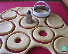 Aprende a preparar masa para donas con esta rica y fácil receta. Las donas, también conocidas como donuts o rosquillas, son muy fáciles de preparar y constituyen una...