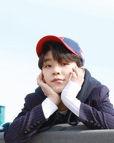 圖像裡可能有1 人、小孩、帽子、戶外和特寫 Touching Stories, Chinese Boy, Popular, Young Boys, Sehun, Little Boys, Boy Groups, Boy Or Girl, Idol
