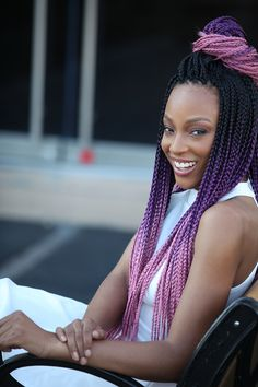 All styles of box braids to sublimate her hair afro On long box braids, everything is allowed! For fans of all kinds of buns, Afro braids in XXL bun bun work as well as the low glamorous bun Zoe Kravitz. Purple Box Braids, Blonde Box Braids, Purple Hair, Purple Ombre, Medium Box Braids, Short Box Braids, Afro Punk, African Braids Hairstyles, Braided Hairstyles