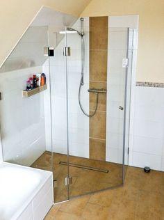Ganzglasdusche in Dachschräge Bedroom Crafts Diy Shower, Glass Shower, Attic Bathroom, Small Bathroom, Coffee Table Next, Diy Roofing, Bedroom Crafts, Small Showers, Attic Storage