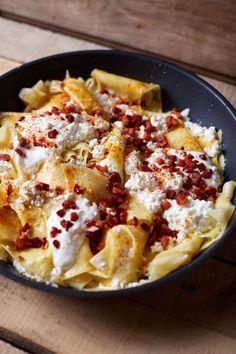 A tökéletes serpenyős túrós csusza | Street Kitchen Hungarian Cuisine, European Cuisine, Hungarian Recipes, Pasta Recipes, Dinner Recipes, Cooking Recipes, Food 52, Street Food, Food Inspiration
