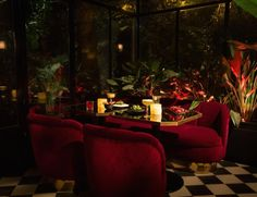The next time you're in Paris for a romantic getaway, don't forget to check out the @tresparticulier in Montmartre. A hidden bar with a top-notch cocktail menu (custom made for each order) & amazing playlists. A Parisian secret spot that's just right.