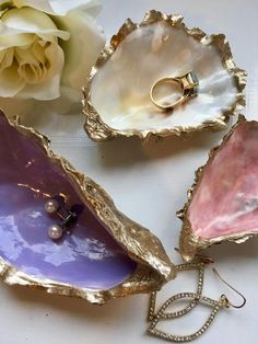 Pink and Gold Oyster Shell Ring Shell, Ring Holder, Ring Sh .- Rosa und Gold Oyster Shell Ring Schale, Ringhalter, Ring Schale Pink and Gold Oyster Shell Ring Shell Ring Holder Ring Seashell Art, Seashell Crafts, Beach Crafts, Seashell Projects, Oyster Shell Crafts, Oyster Shells, Diy Schmuck, Schmuck Design, Resin Crafts