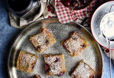 Gyors meggyes piskóta French Toast, Baking, Breakfast, Sweet, Food, Morning Coffee, Candy, Bakken, Eten