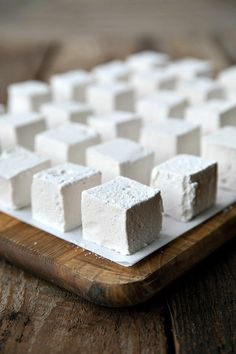 These Homemade Marshmallows are creamy, lofty, and light-as-air. - - These Homemade Marshmallows are creamy, lofty, and light-as-air. Köstliche Desserts, Delicious Desserts, Dessert Recipes, Yummy Food, Homemade Marshmallows, Recipes With Marshmallows, Vegan Marshmallows, How To Make Marshmallows, Homemade Sweets