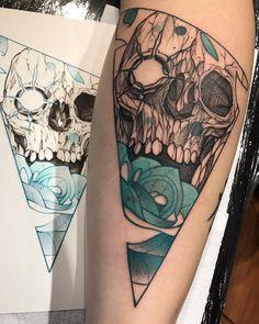 Arte criada pelo tatuador Robson Fig que trabalha em São Paulo.    Caveira com rosa azul.
