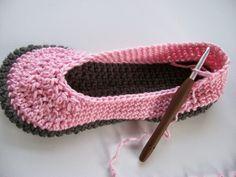 Vivre au crochet: Mocassins faciles --- E asy-peesy Moccasins Crochet Slipper Boots, Crochet Slippers, Easy Crochet Stitches, Crochet Patterns, Cute Crochet, Crochet Hats, Quebec, Crochet Mignon, Owl Hat